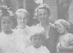 Minnie Shawn and mother with children